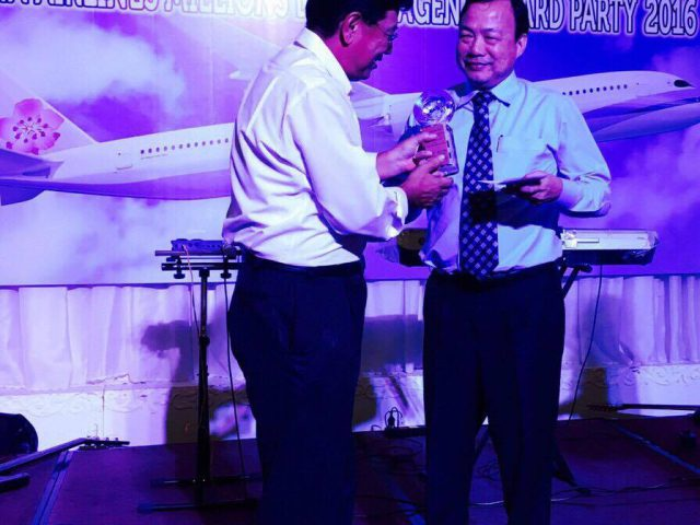 http://en.hoangha.com/wp-content/uploads/sites/3/2016/08/receive-award-from-china-airlines-640x480.jpg