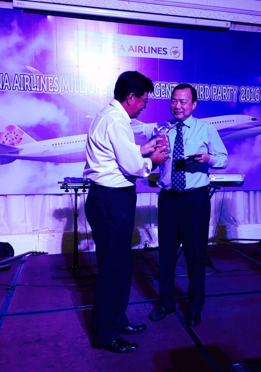 receive-award-from-china-airlines.jpg